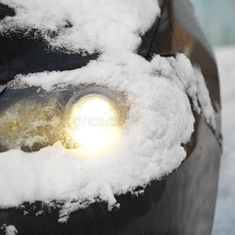 Scheinwerfer unter Schnee stockfoto