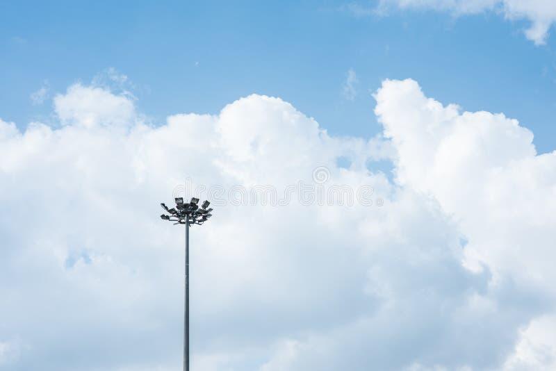 Scheinwerferturm im blauen Himmel stockfotos
