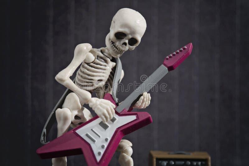 Scheletro e chitarra elettrica immagini stock