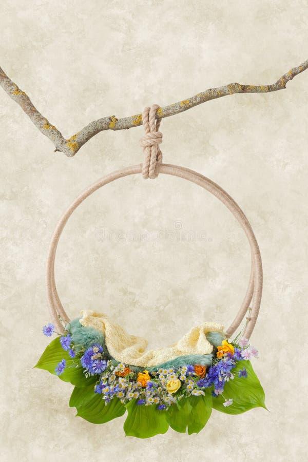 Schellen Sie mit den Wildflowers und großen Grünblättern, die an einer Niederlassung, eine Schablone für Fotoaufnahmen von Neugeb stockfoto