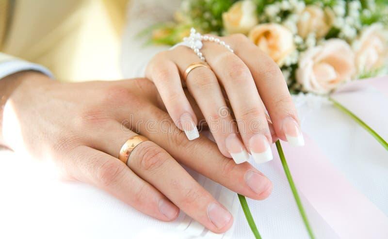 Schellen Sie u. überreicht Weiß und Blumen, Hochzeitstag lizenzfreies stockbild