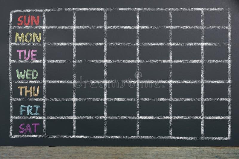Schema av veckan med raster på svart svart tavlabakgrund royaltyfri fotografi