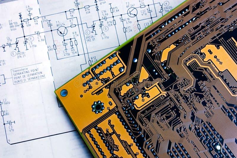 Schema schematico e scheda elettronica fotografia stock