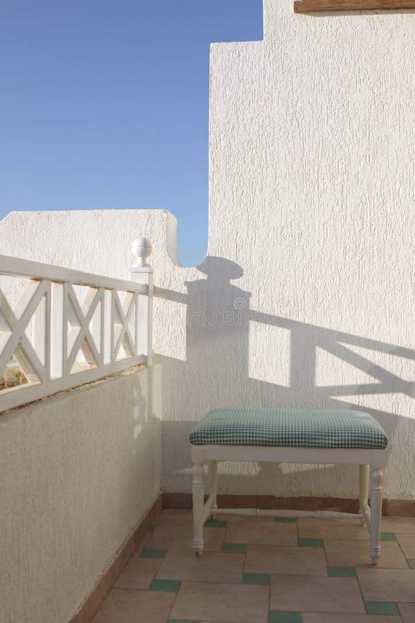 Schemel, der auf einer Terrasse steht. stockfotos