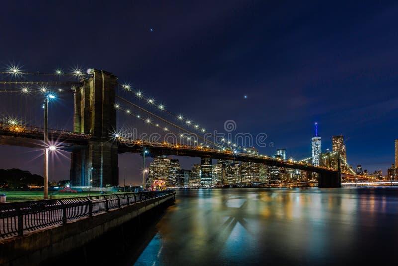 Schemer bij de Brug van Brooklyn en Lower Manhattanhorizon, de V.N. van New York stock afbeeldingen