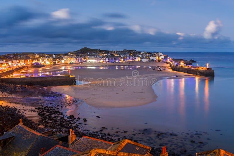 Schemer die St Ives Cornwall overzien royalty-vrije stock foto's