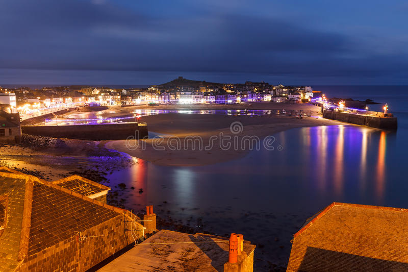 Schemer die St Ives Cornwall overzien stock afbeeldingen