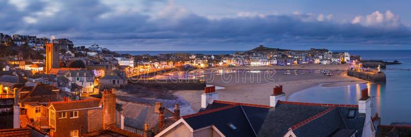 Schemer die St Ives Cornwall overzien stock foto