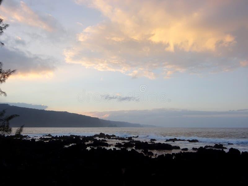 Schemer langs Rocky Shore met golven die binnen rollen stock foto's