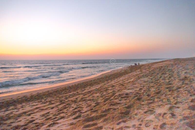 Schemer van een mooi strand in Gujarat India wordt geschoten dat stock afbeelding