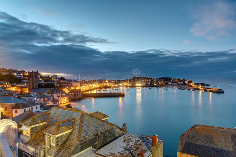 Schemering bij de mooie kuststad van St Ives royalty-vrije stock foto's
