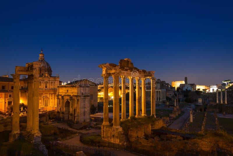 Schemering bij het Forum Romanum royalty-vrije stock afbeeldingen