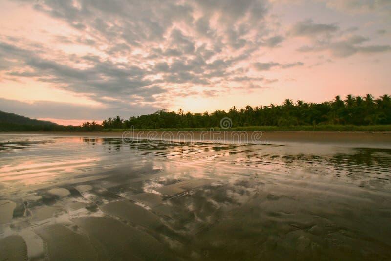 Schemering bij het strand stock fotografie