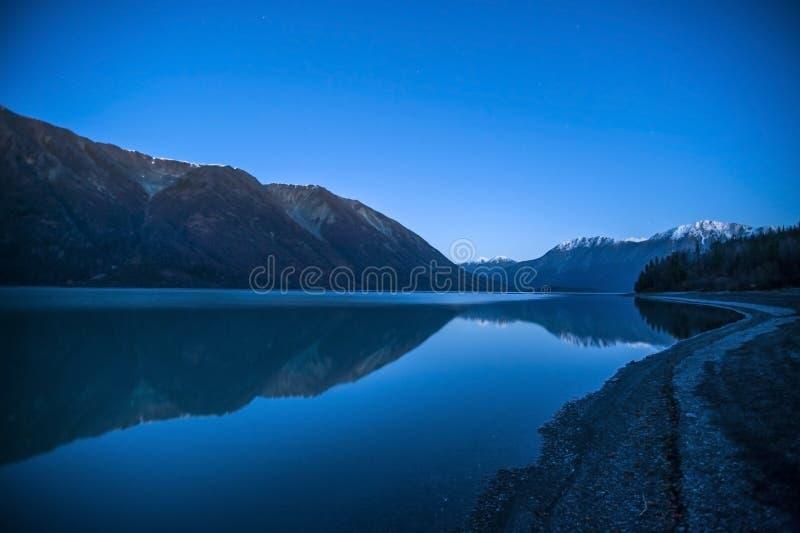 Schemering bij Kenai-Meer Alaska royalty-vrije stock fotografie