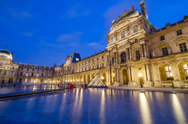 Schemering bij Louvremuseum stock foto