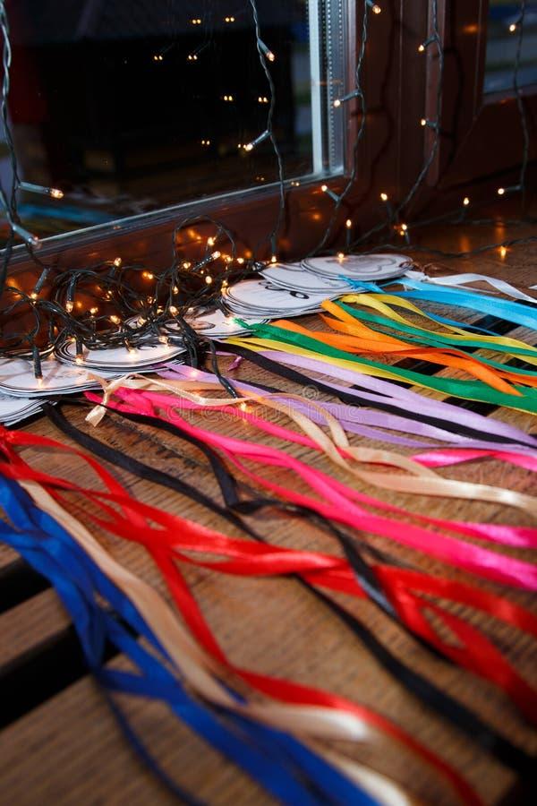 Schemering in de koffie Achtergrond De Koffie van de nacht Kleurrijke linten en medailles op houten achtergrond Slingers in dark stock fotografie