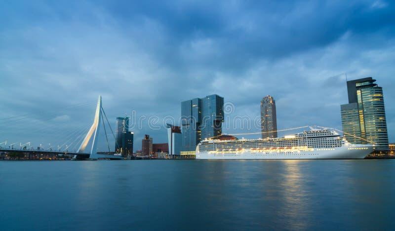 Schemering in Erasmus Bridge met Wolkenkrabber in Rotterdam royalty-vrije stock foto