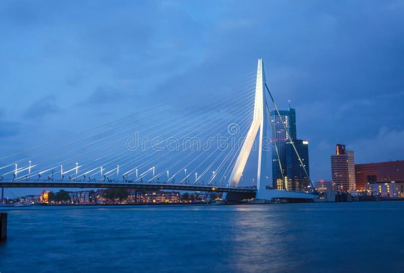 Schemering in Erasmus Bridge in Rotterdam royalty-vrije stock afbeelding