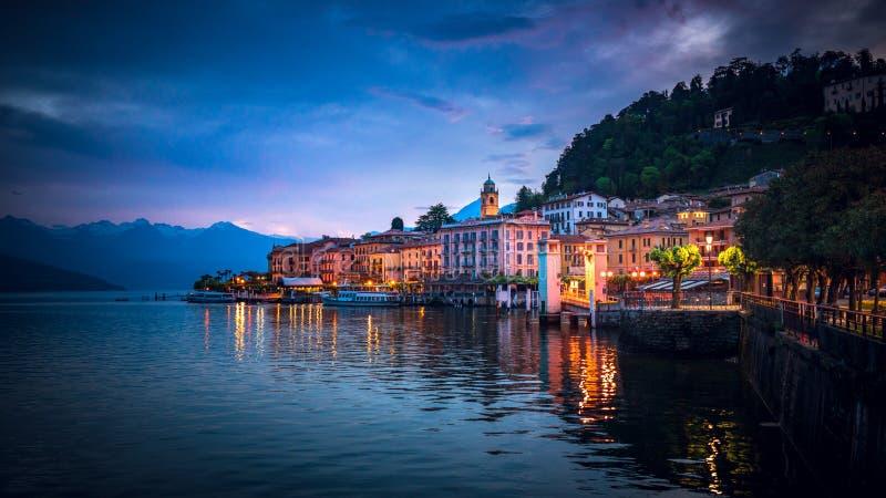 Schemering over Bellagio, Meer Como, Italië stock afbeelding