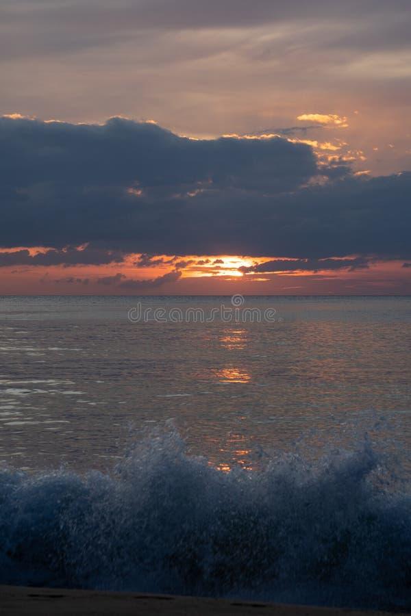 Schemering van zonsondergang bij de overzeese mooie hemel in Andaman-Eiland, Thailand stock foto's