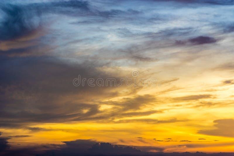 Schemeringhemel en wolk stock fotografie