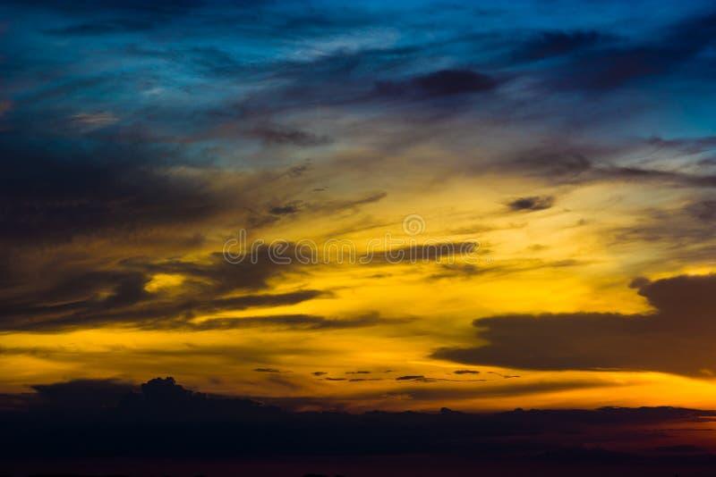 Schemeringhemel en wolk stock foto