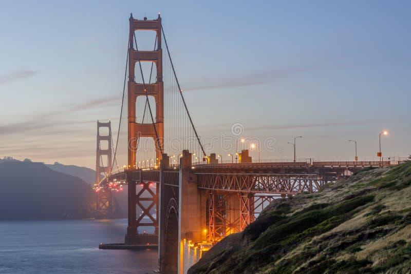 Schemeringkleuren van Golden gate bridge zoals die van bovengenoemde Marshall's Strand worden gezien stock foto