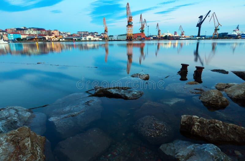 Schemeringmening van industriële haven Santander stock afbeelding