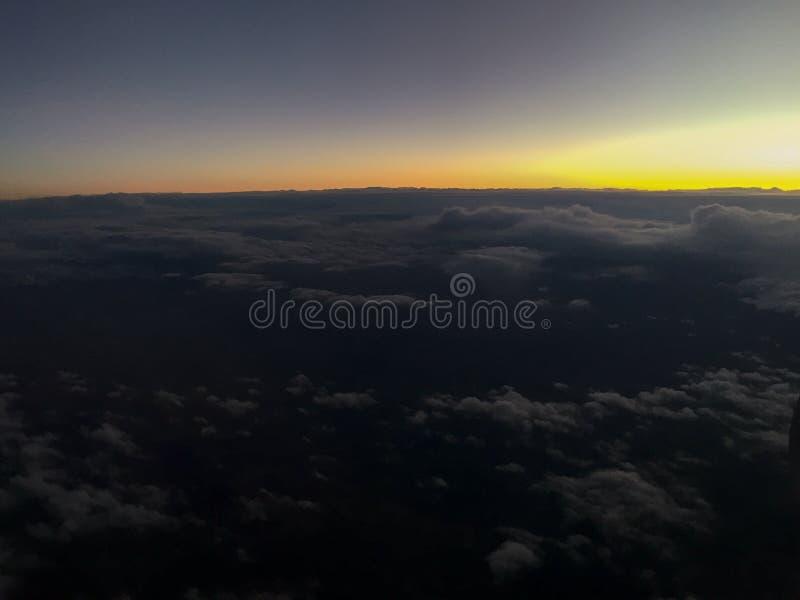 Schemeringmening van vliegtuigvenster stock afbeeldingen