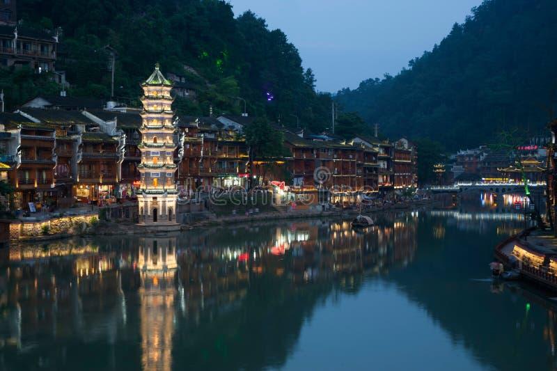 Schemeringscène van de oude stad van Fenghuang royalty-vrije stock afbeelding