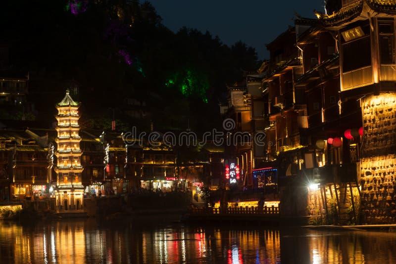 Schemeringscène van de oude stad van Fenghuang stock afbeeldingen