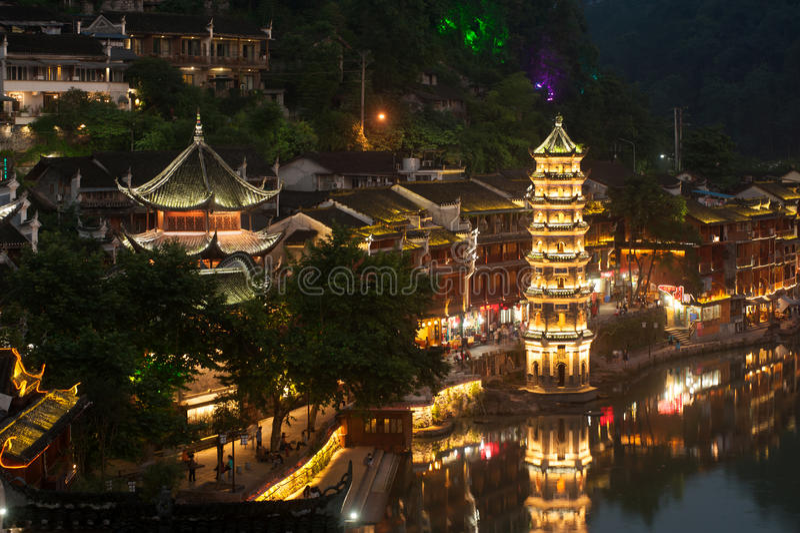 Schemeringscène van de oude stad van Fenghuang stock fotografie