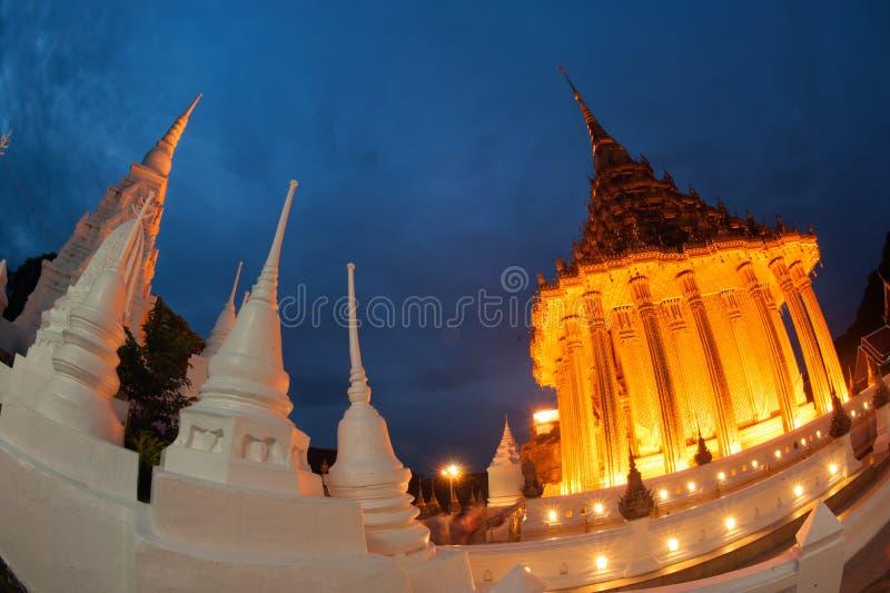 Schemeringscène van de tempel van Phrabuddhabat Woramahavihan royalty-vrije stock afbeeldingen