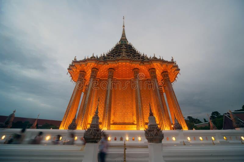 Schemeringscène van Phrabuddhabat Woramahavihan in Saraburi, Thaila royalty-vrije stock afbeeldingen