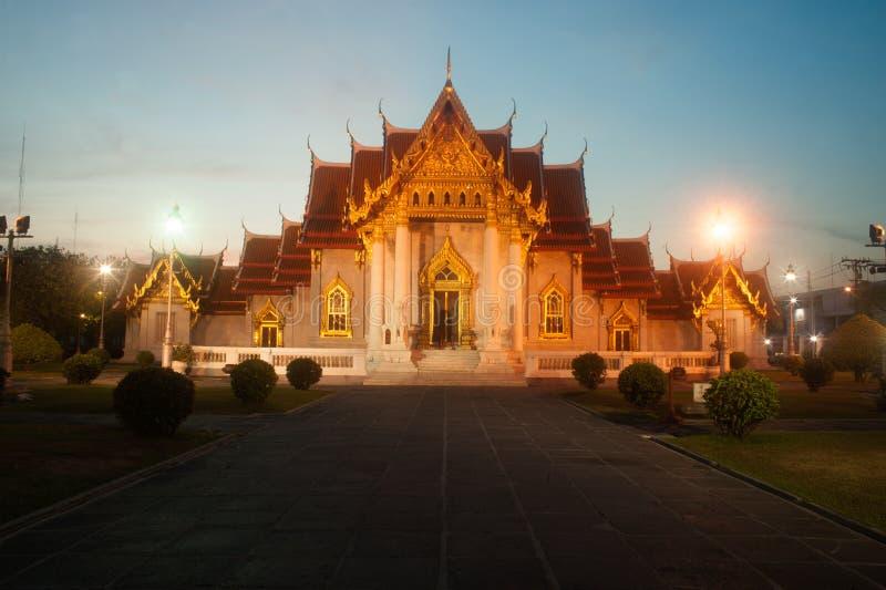 Schemeringscène in Wat Benjamabopit Dusitwanaram Monastery stock afbeelding