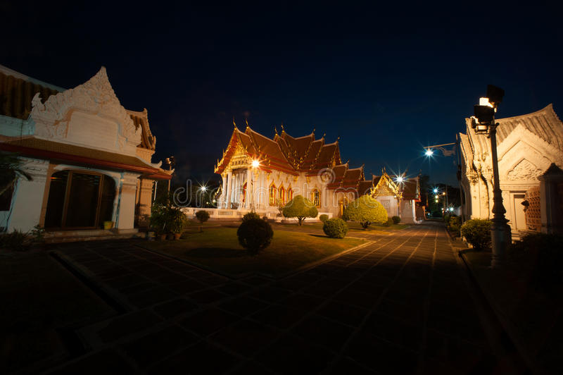 Schemeringscène in Wat Benjamabopit Dusitwanaram Monastery stock fotografie