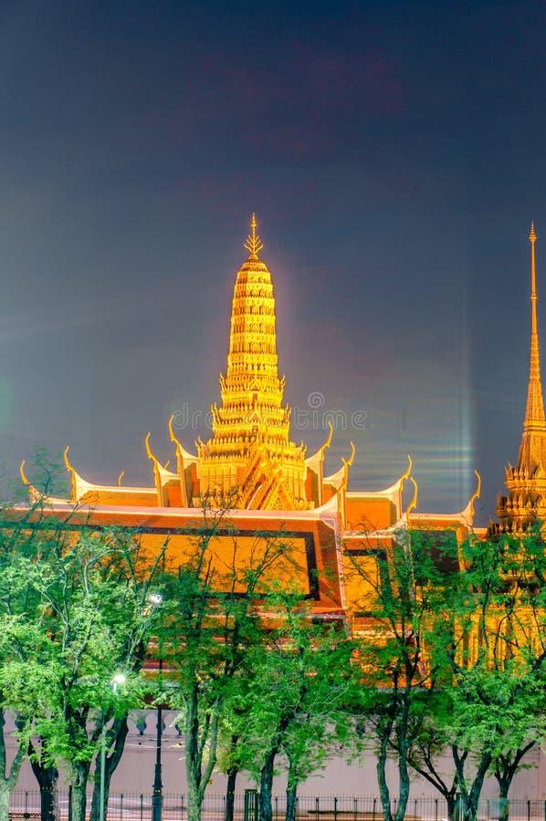 Schemeringtempel van Emerald Buddha Wat Phra Kaew van Bangkok stock afbeeldingen