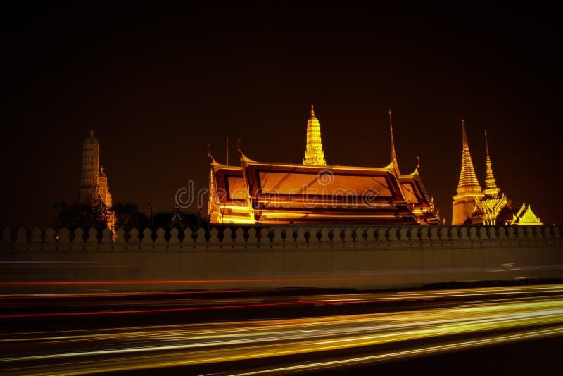 Schemeringtempel van Emerald Buddha Wat Phra Kaew van Bangkok stock afbeelding