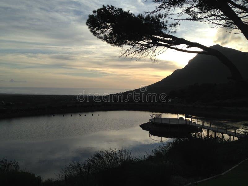 Schemermening over dam royalty-vrije stock foto's