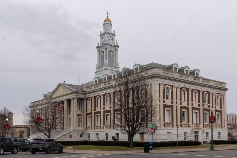 Schenectady, NY / Estados Unidos - Dez 29, 2019: Imagem paisagística de três quartos da histórica Câmara Municipal de Schenectady imagem de stock