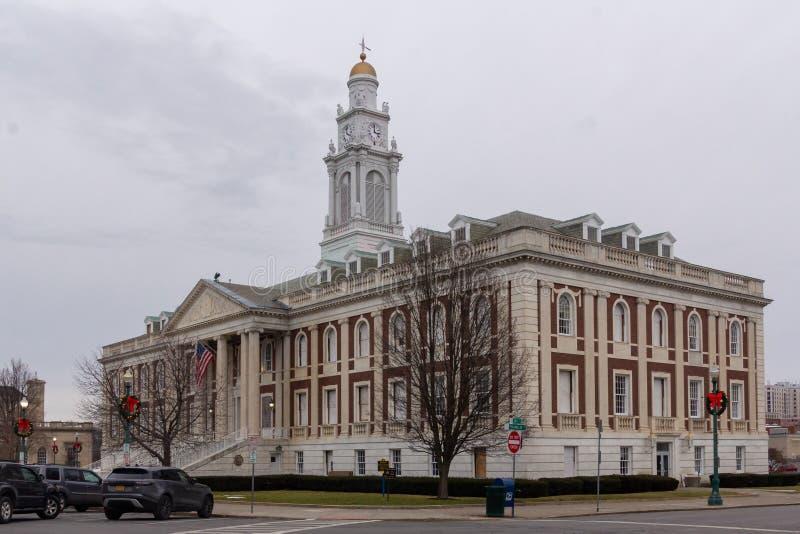 Schengentady, NY/Vereinigte Staaten - Dezember 29.2019: Landschaftliches Dreiviertelbild des historischen Rathauses von Schengen stockbild