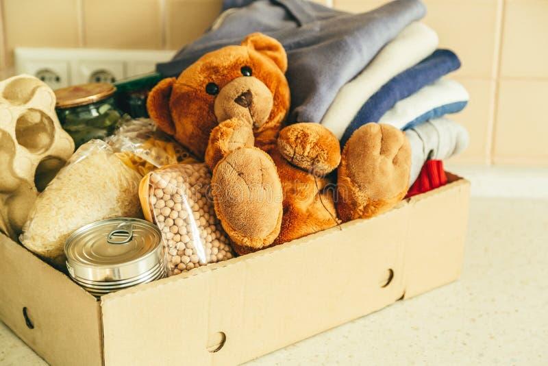 Schenkend concept - voedsel, kleren, speelgoed in karton royalty-vrije stock fotografie