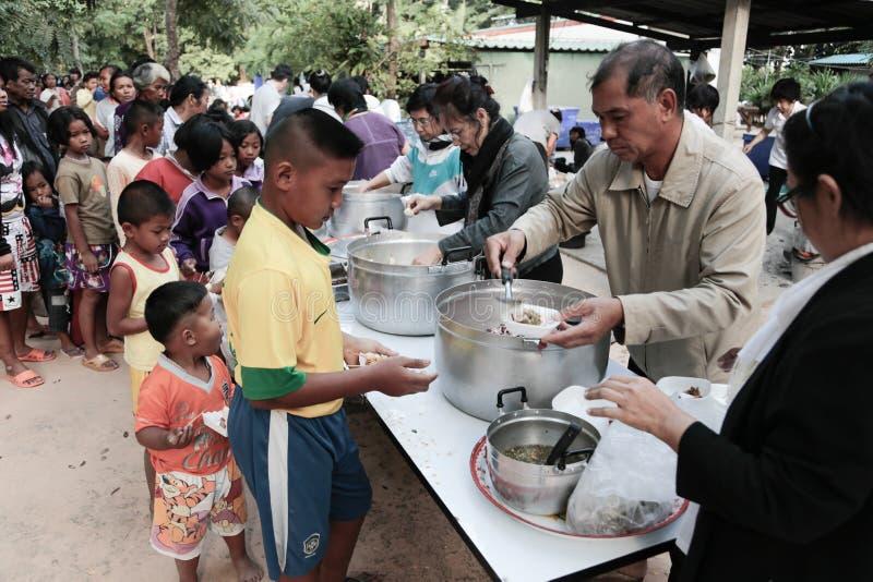 Schenking van voedsel aan kinderen royalty-vrije stock afbeelding