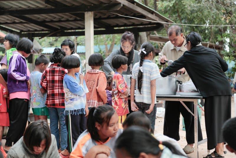 Schenking van voedsel aan kinderen stock foto's