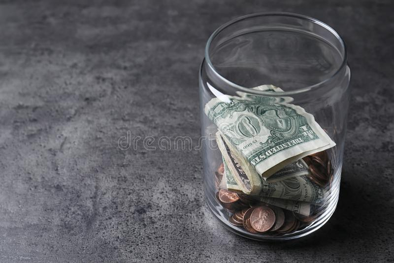 Schenkingskruik met geld op grijze achtergrond royalty-vrije stock foto
