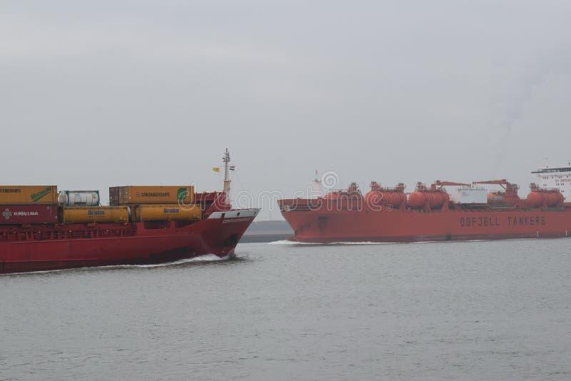 Schepen die elkaar from/to Northsea op Nieuwe Waterweg ontmoeten dichtbij Rotterdam royalty-vrije stock afbeelding
