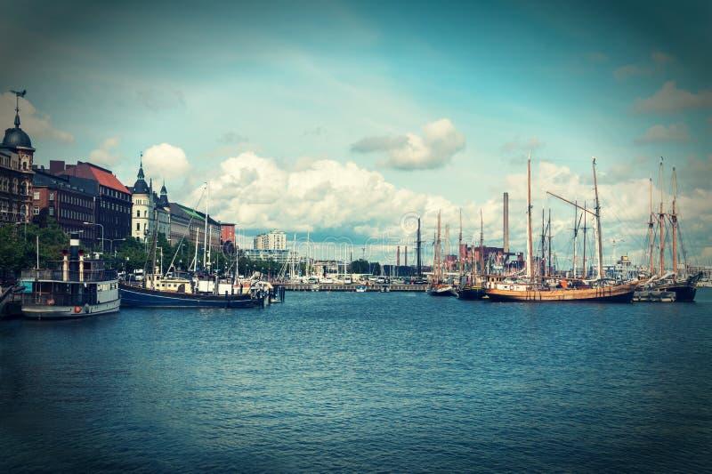 Schepen en jachten in de haven, Helsinki, Finland worden vastgelegd dat royalty-vrije stock afbeeldingen