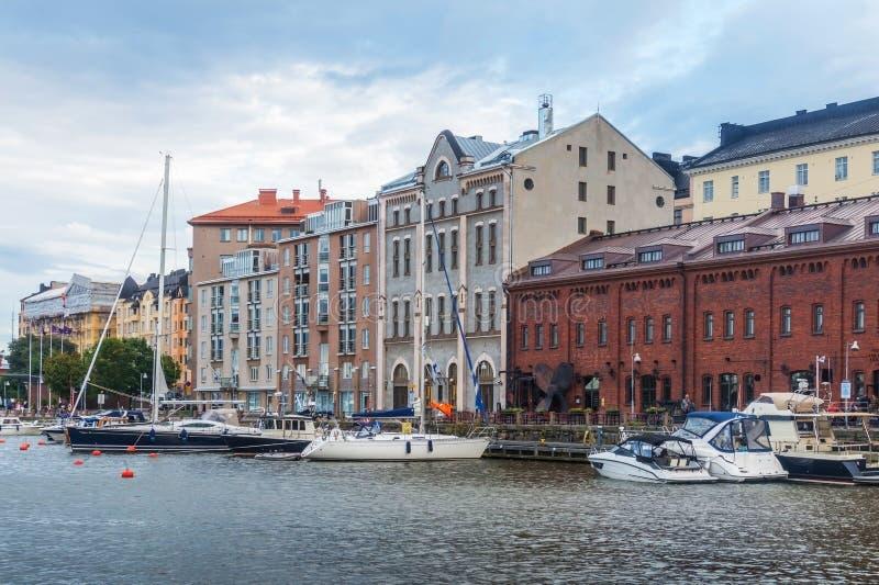 Schepen en jachten in de haven, Helsinki, Finland worden vastgelegd dat stock afbeelding