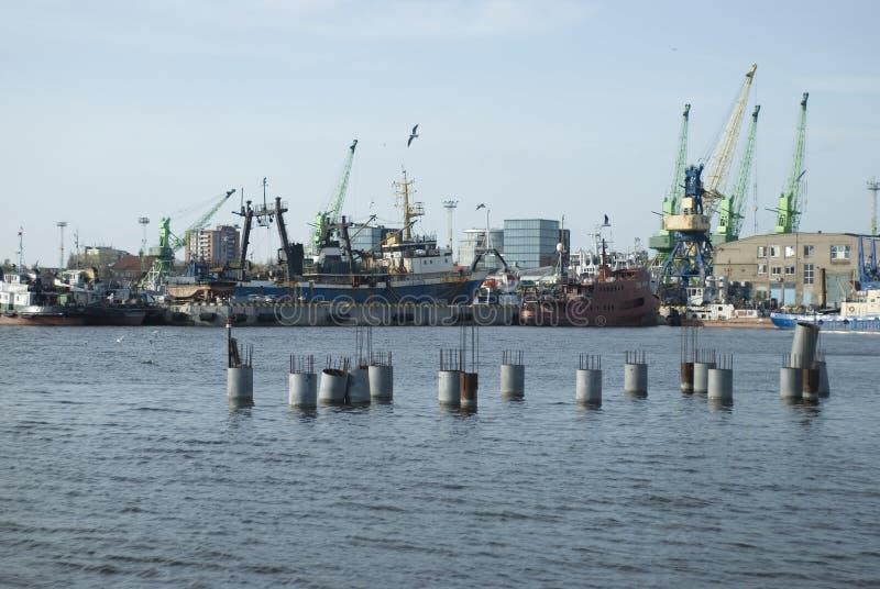 Schepen en kranen in de haven stock foto's