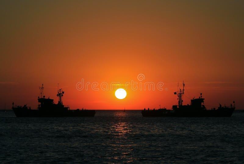 Schepen in het overzees bij zonsondergang royalty-vrije stock afbeeldingen